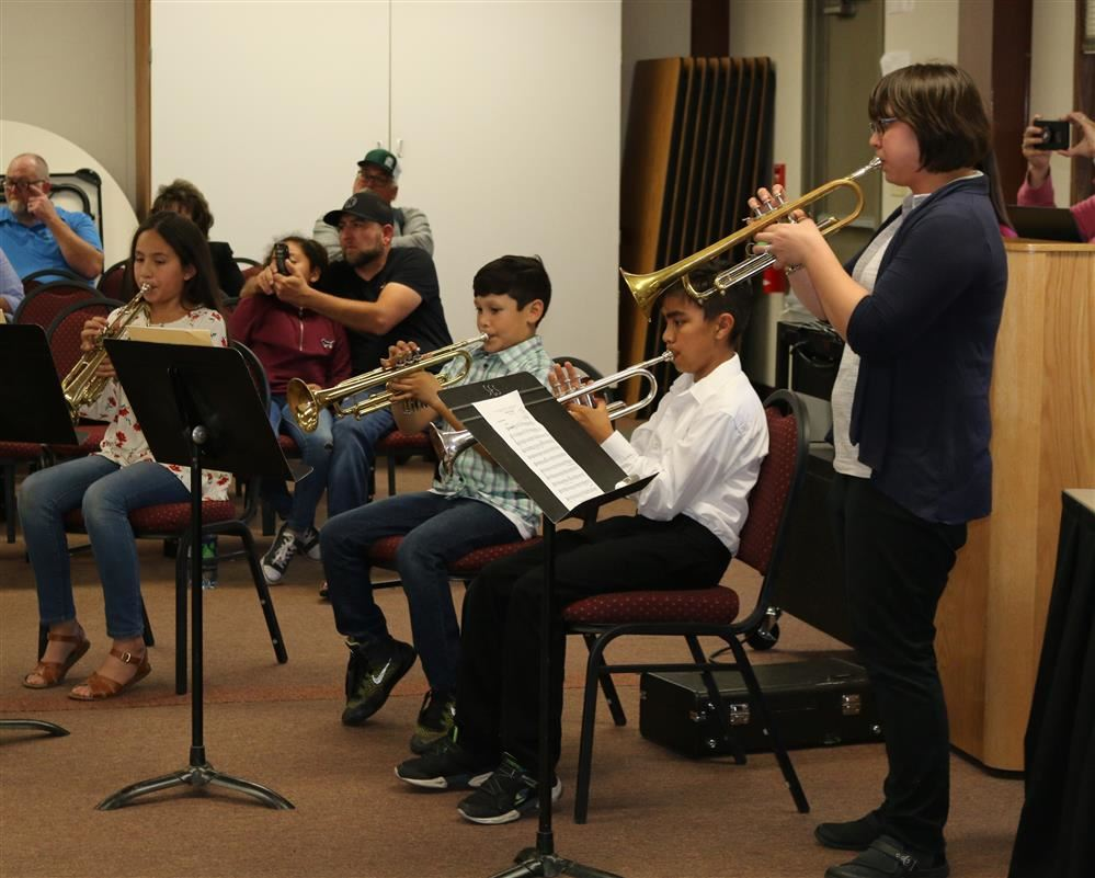 Students perform for SUSD Board members